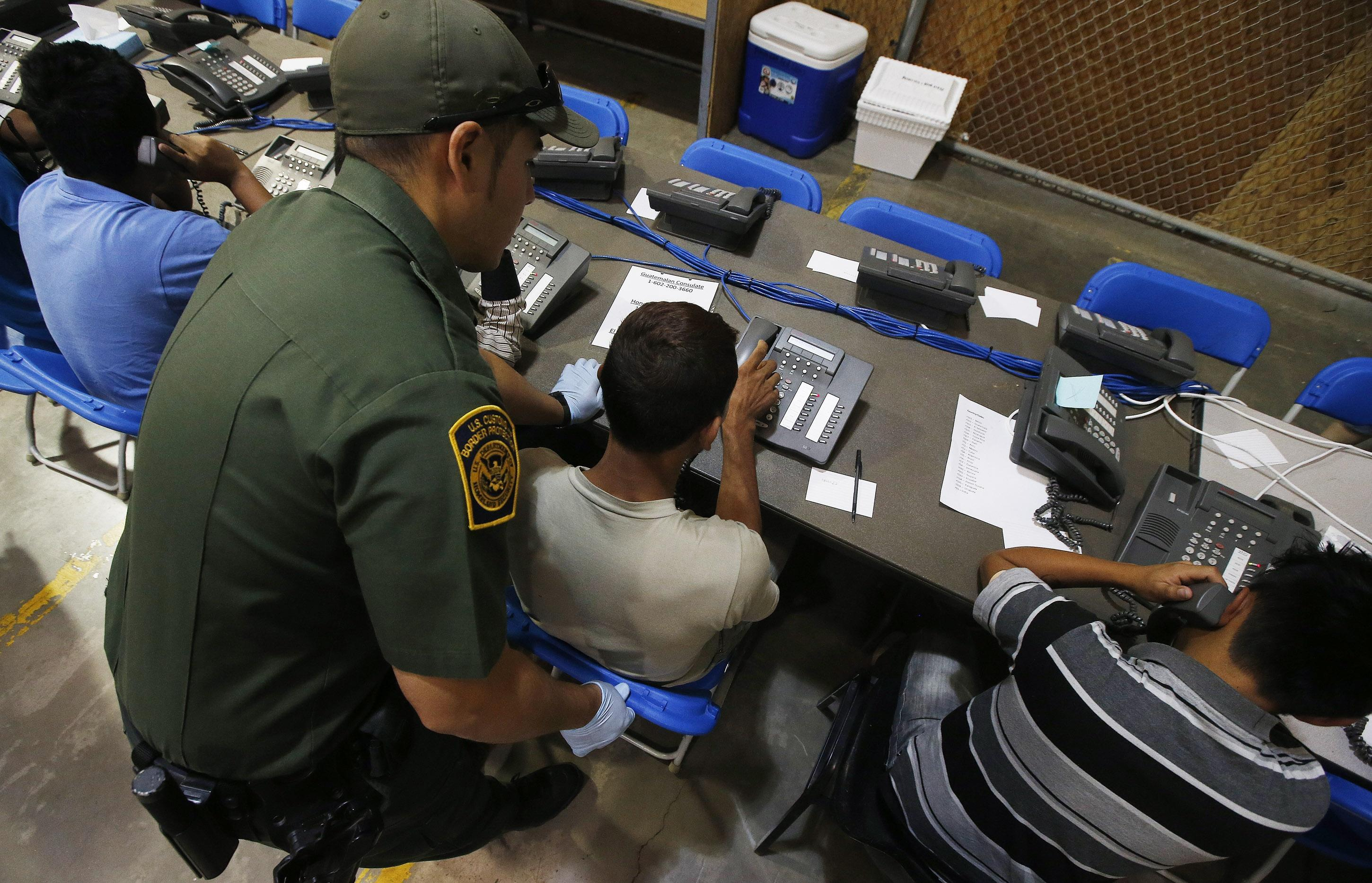 Obama may be misreading 2008 deportation law, report shows