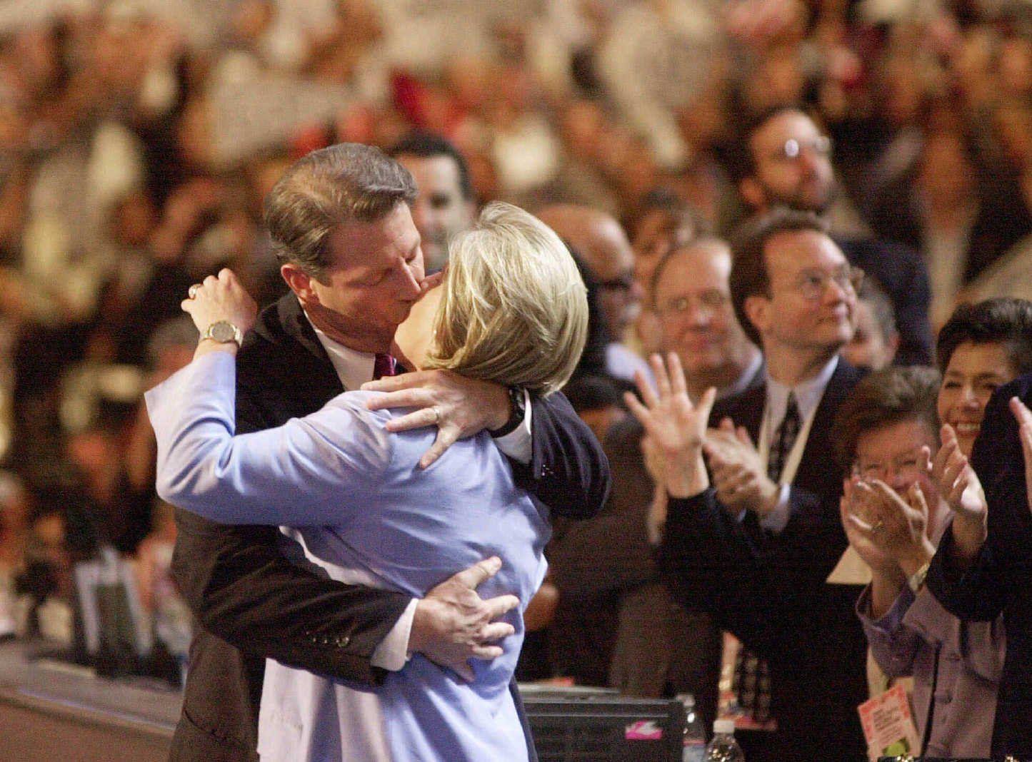 al and tipper kiss dnc 2000