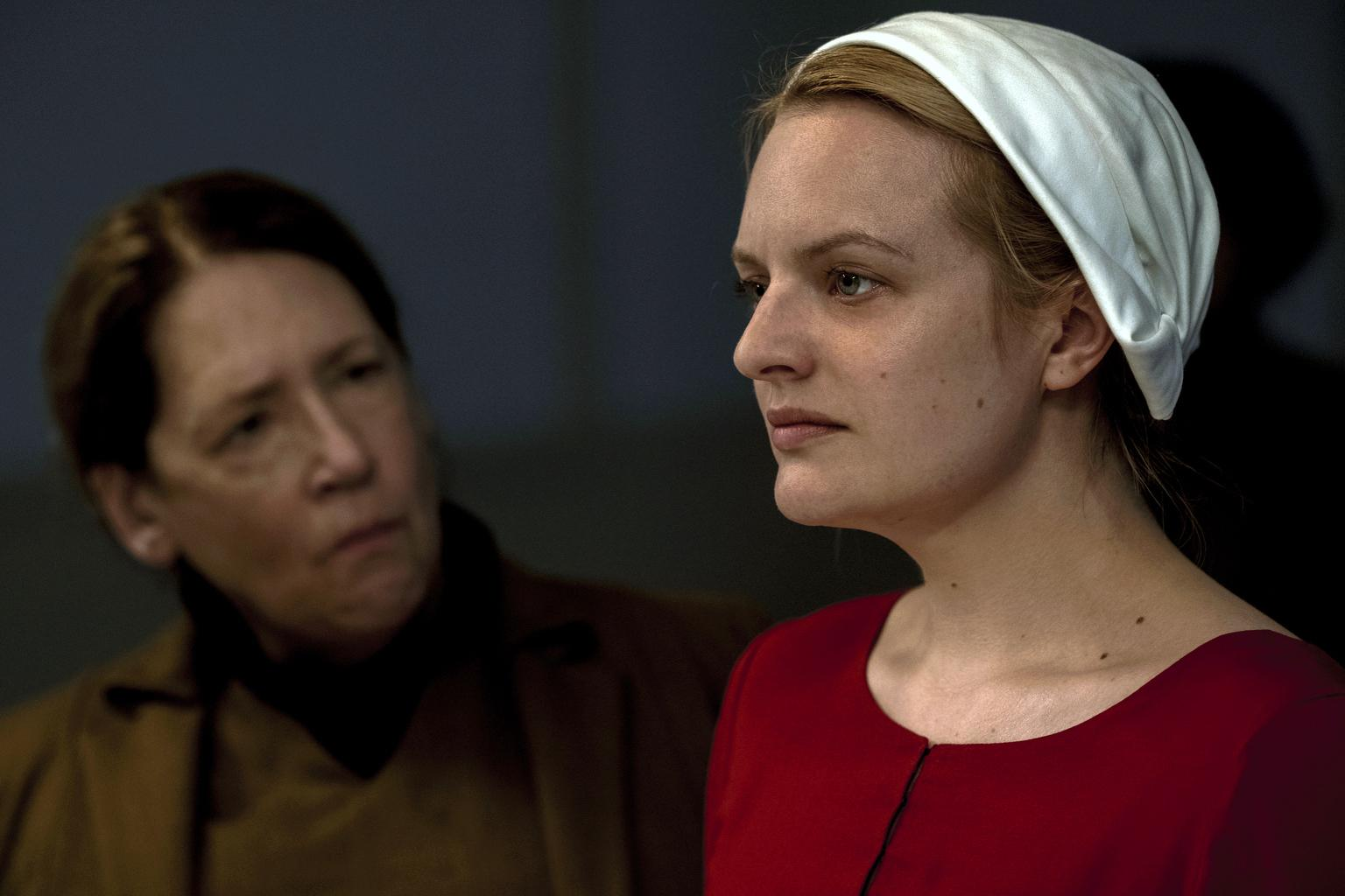 Elisabeth Moss compares 'Handmaid's Tale' to Trump's America: 'We're losing' our country