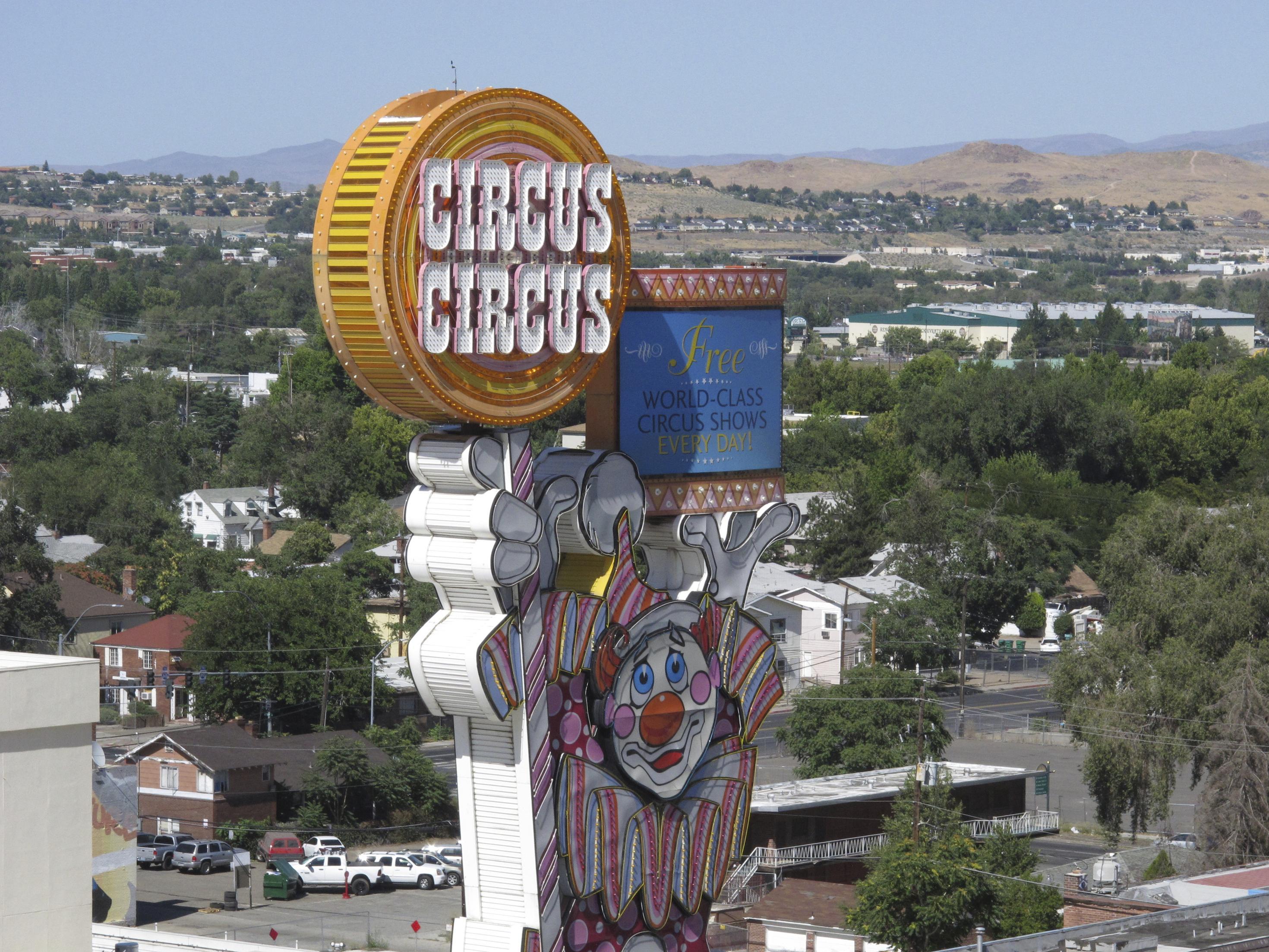 University of Nevada, Reno using casino hotel as college dorm