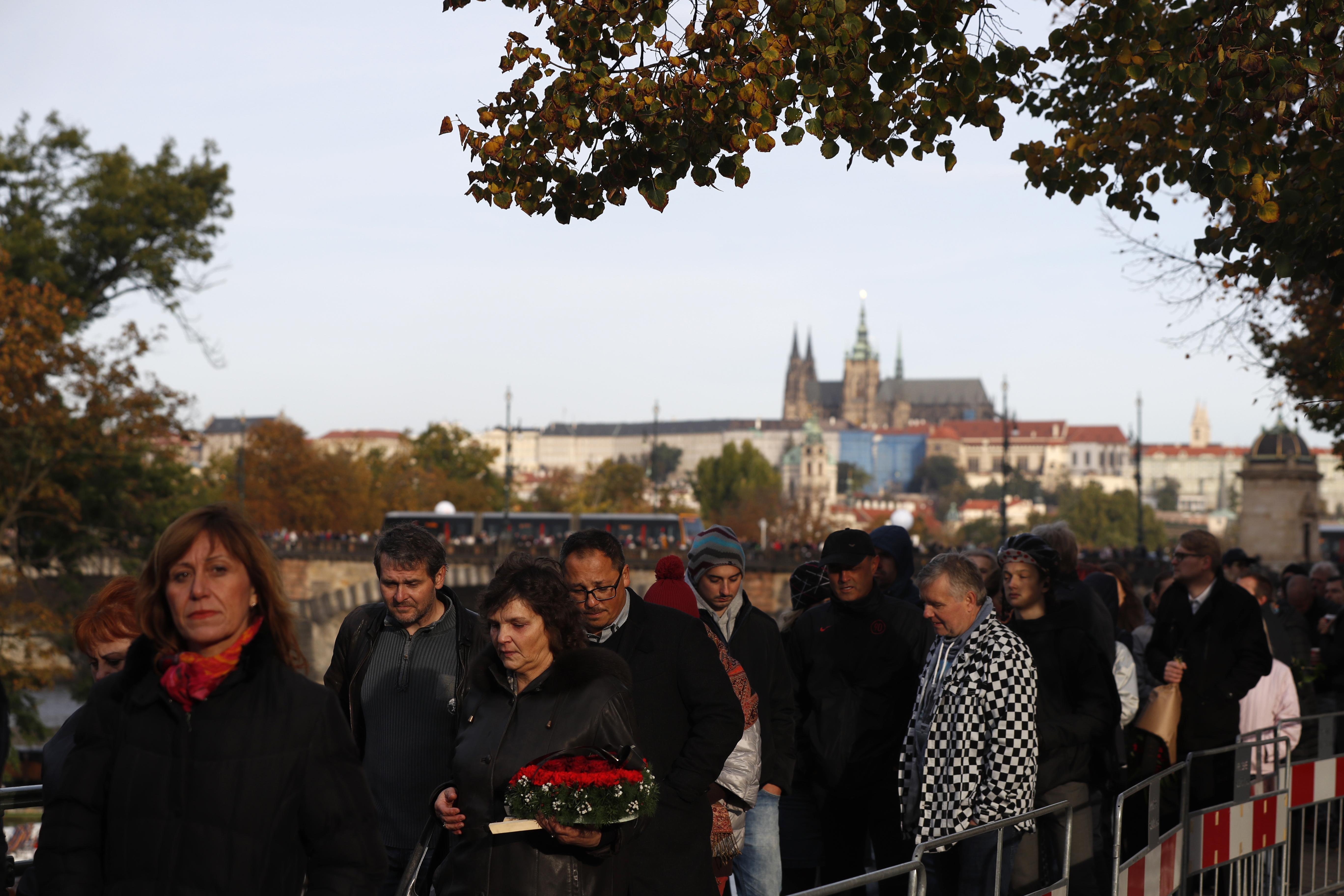 Czechs pay last respect to pop singer Karel Gott
