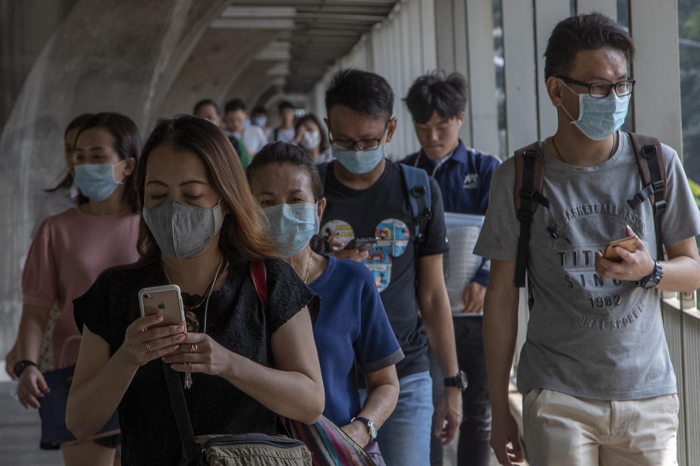 Trưởng khoa Bệnh Nhiệt đới, Bệnh viện Chợ rẫy: Nút chặn sau cùng giúp chống lây nhiễm và phát tán SARS-CoV-2 chính là súc họng với dung dịch sát khuẩn - Ảnh 1.